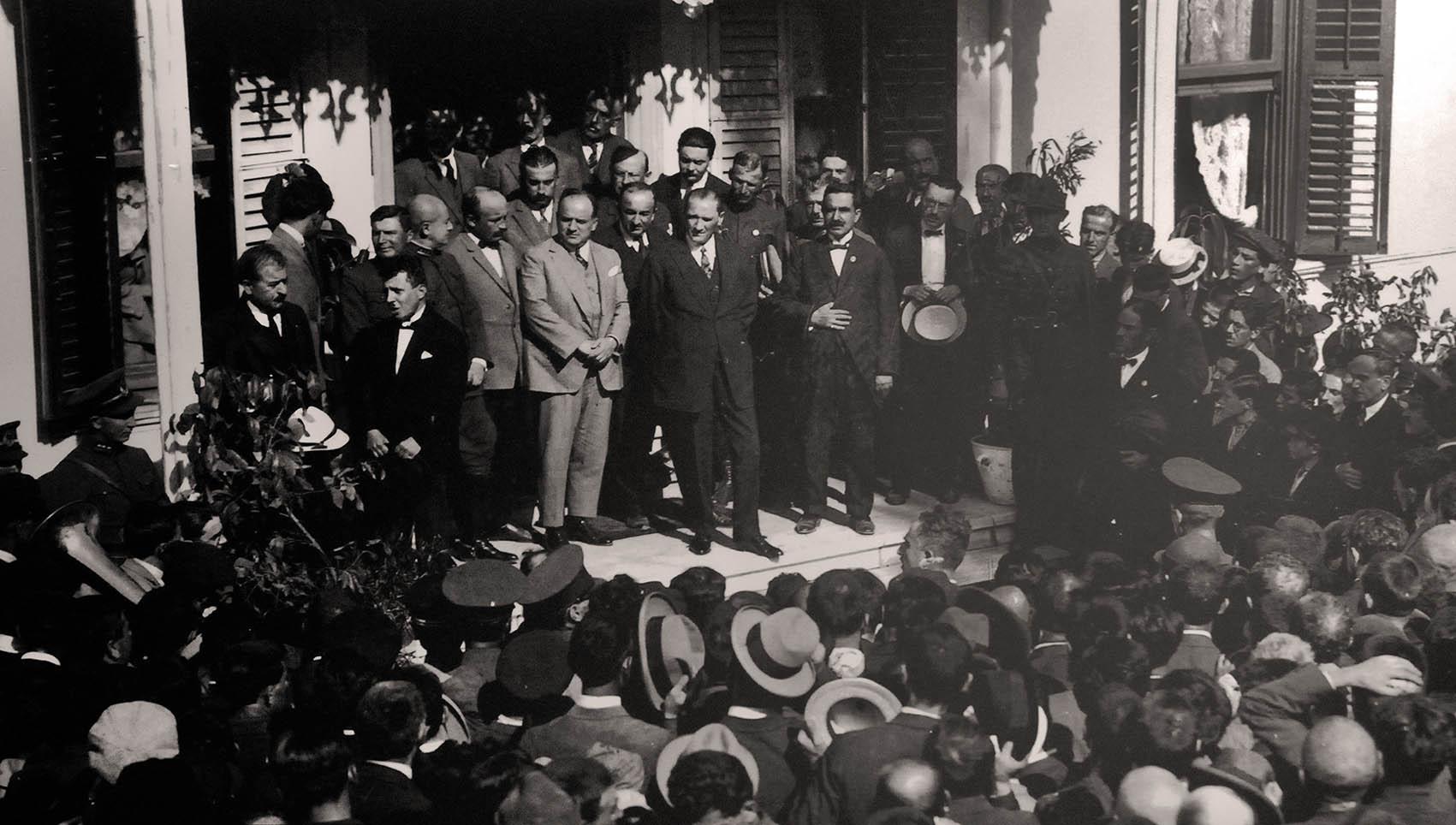 Hünkar Köşkü, 28 Eylül 1925, Atatürk'ü şapkalarıyla selamlayan Bursalılar (Hünkar Köşkü Müzesi arşivi)